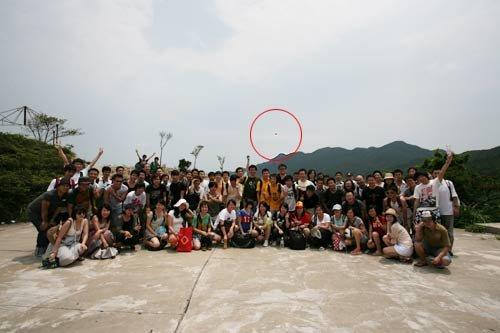 组图:2009年珠海荷包岛被导游无意拍到的UFO图片