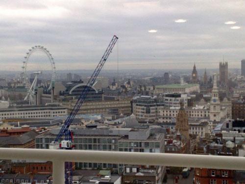 英国国会大厦上空盘旋的4个UFO