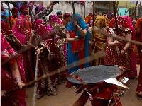 印度棒打男人节风俗